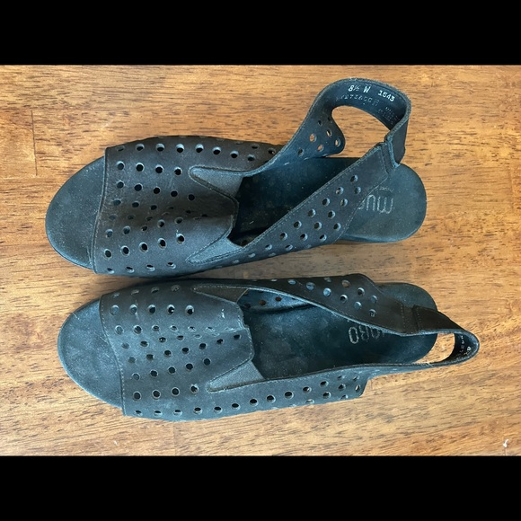 Munro Size 8.5 Wide black perforated sling back sandals Nubuck suede like